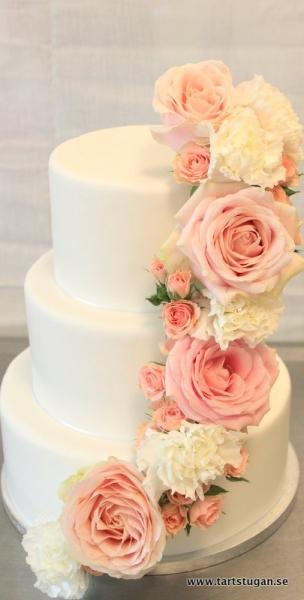 Bröllopstårta, färska blommor