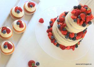 Liten bröllopstårta med bär